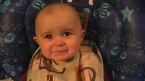 Bébé pleure d'émotion en écoutant maman